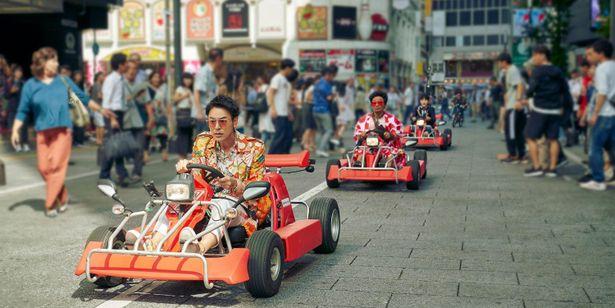 ゴーカートで東京の街を疾走する野田たち