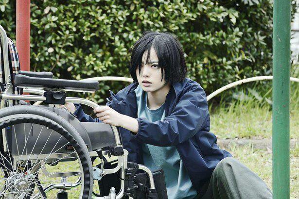 【写真を見る】『ザ・ファブル 殺さない殺し屋』より、心を閉ざした車椅子の少女ヒナコを演じる平手友梨奈
