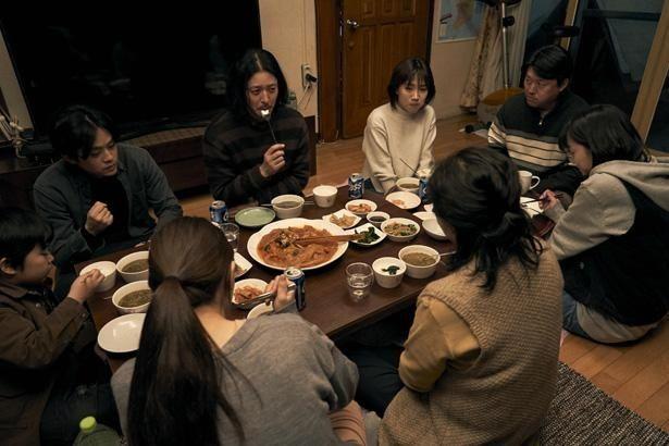 最初はぎこちなかった2つの家族がしだいに心を通わせていく『アジアの天使』