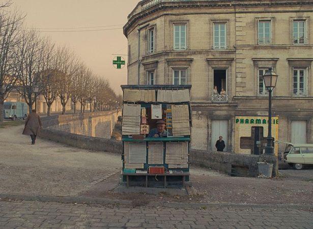 【写真を見る】絵本のような街並みが可愛らしい!フランスの小さな街で撮影された『フレンチ・ディスパッチ』