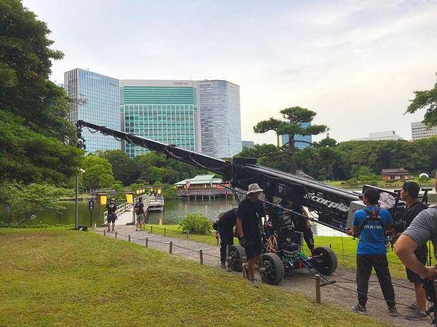 【写真を見る】大きなクレーンを運び込んだ浜離宮恩賜庭園の撮影風景