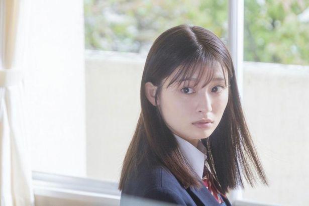 中学時代に「石」というあだ名を付けられ、いじめられっ子だった羽花(吉川愛)