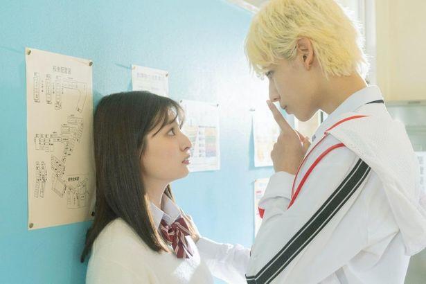【写真を見る】ラウールが吉川愛に壁ドンする胸キュンシーン
