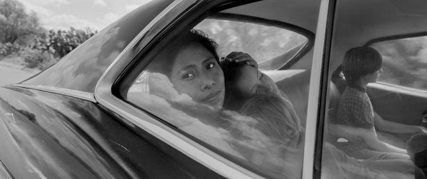 ひとりの家政婦と雇い主である中流階級の家族との関係を、美しいモノクロの映像で描き出す