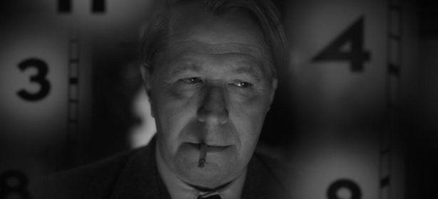 アルコール依存症の脚本家ハーマン・J・マンキーウィッツを、オスカー俳優のゲイリー・オールドマンが演じる