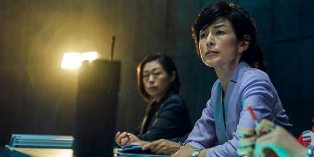 鈴木保奈美は双子の川村晴子と芳子を一人二役で演じている