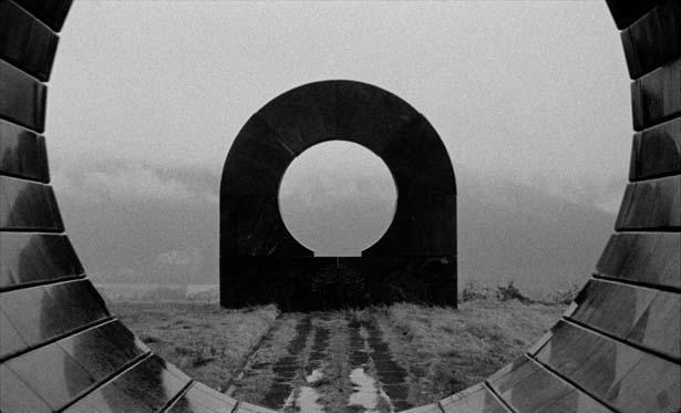 巨大な戦争記念碑を様々な角度から映し続けることでSFな世界観を創出(『最後にして最初の人類』)