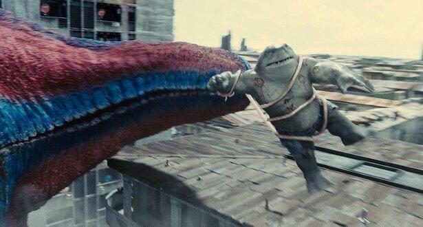 """巨大な""""怪獣""""に振り回されるキング・シャーク"""