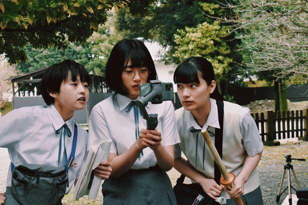 放課後に時代劇を見て、大盛り上がりしていた3人組が、映画制作に乗りだす!
