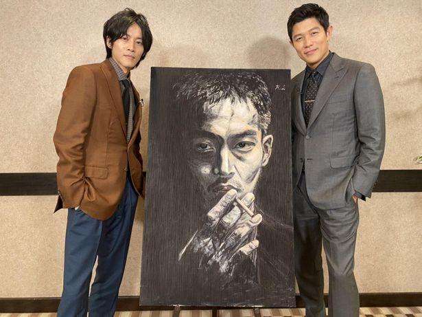 敵役である鈴木亮平が主人公の日岡を描いた迫力の肖像画