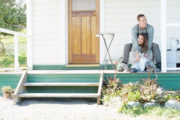 【写真を見る】交際のきっかけとなった『光をくれた人』で夫婦役を演じる、マイケル・ファスベンダーとアリシア・ヴィキャンデル