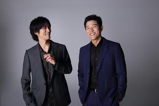 【写真を見る】映画では敵対する役柄を演じた松坂桃李&鈴木亮平、笑顔あふれるフォトセッション