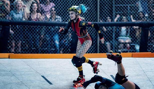 ローラースケートの選手姿など、様々なコスチュームに身を包んだ『ハーレイ・クインの華麗なる覚醒 BIRDS OF PREY』