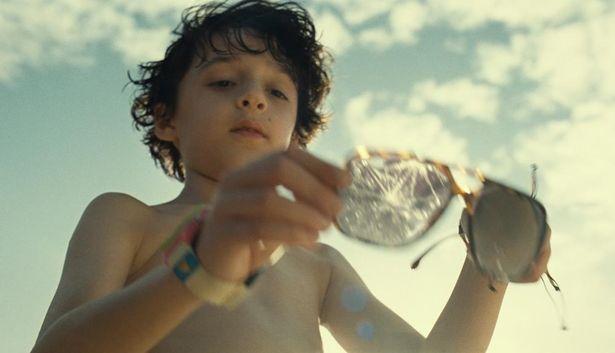 【写真を見る】少年が手にする朽ちたメガネの意味は…?謎に包まれた『オールド』の世界