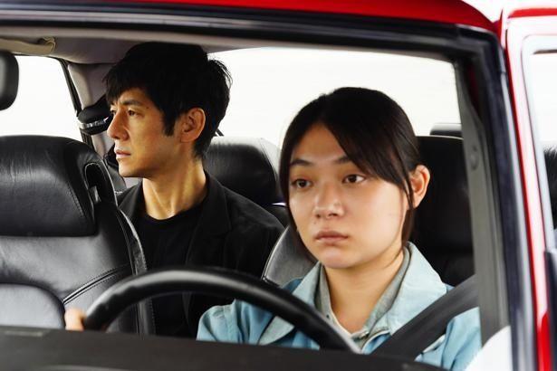 【写真を見る】主人公・家福とドライバーのみさきは、共に過ごすなかでお互いの過去を明かしていく(『ドライブ・マイ・カー』)