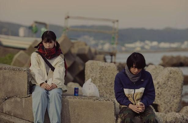 W主演の石川と青木は、原作者・浅野も審査員で参加したオーディションで選ばれた(『うみべの女の子』)