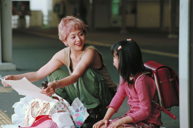 日本全国を逃げ回る役柄で、物語のキーパーソンとなった小泉今日子