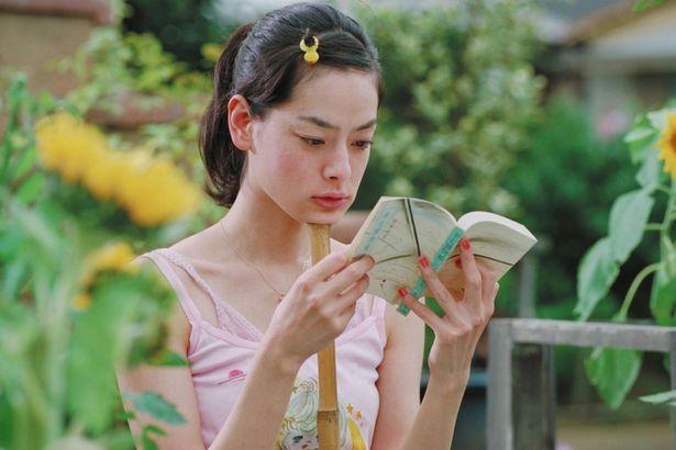 当時25歳の市川実日子が、爽やかな演技で夏の空気感を体現する