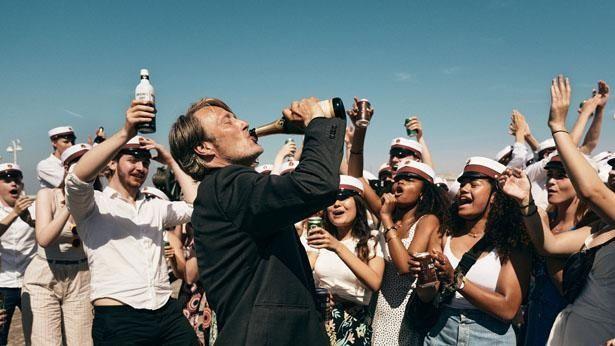 """【写真を見る】マッツ・ミケルセンの""""酔っ払い""""演技にも注目!(『アナザーラウンド』)"""