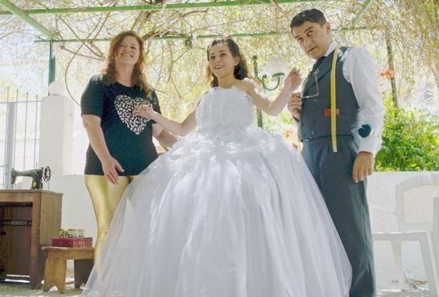 ニコスの作る、美しくて仕立てのいいドレスは評判を呼んでいく(『テーラー 人生の仕立て屋』)