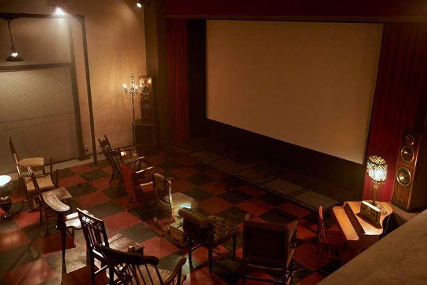 黒服のアジトにある映画館