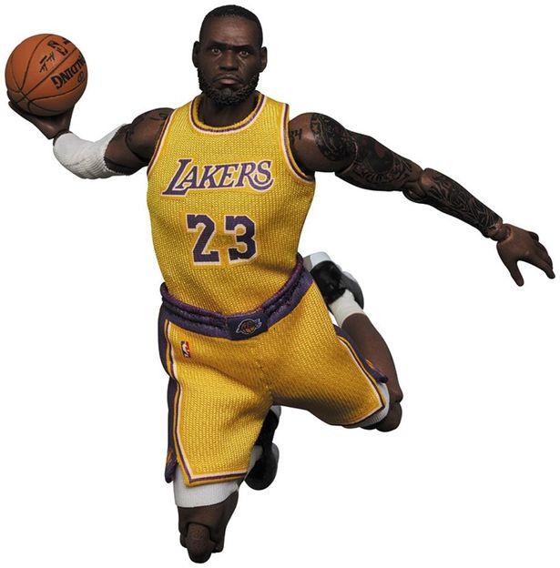 『スペース・プレイヤーズ』仕様ではないがレブロンのアイテムも発売されている(「MAFEX LeBron James (Los Angeles Lakers)」)