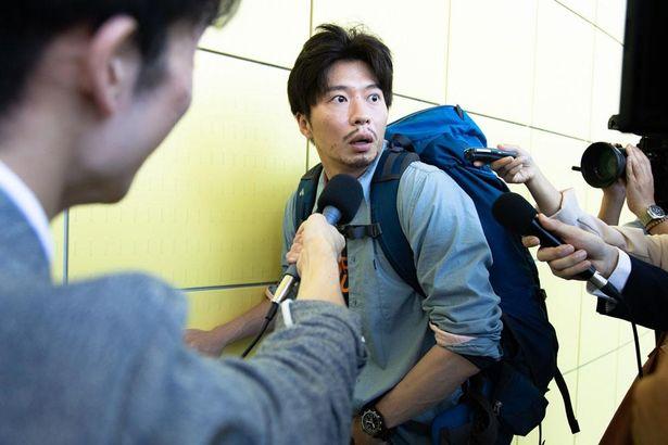 """鳥類学者である凛子の夫、日和(田中圭)は""""ファーストジェントルメン""""として妻のために奔走する"""
