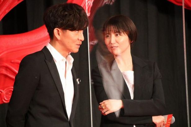 【写真を見る】木村拓哉と長澤まさみが仲良く相談し合う
