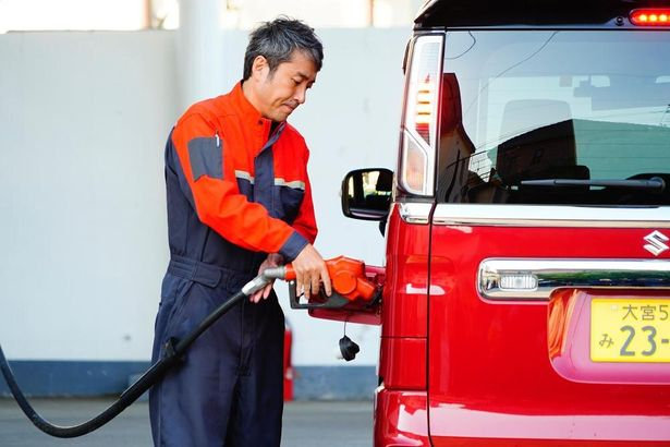 御堂一男は、牧師だけでは生活は厳しく、ガソリンスタンドのアルバイトで生計を立てている