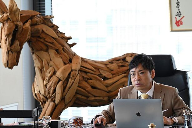 【写真を見る】佐田(香川照之)映画では事務所の所長へと昇格