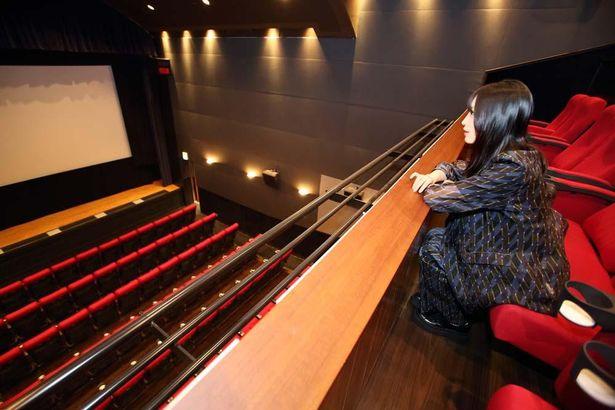 【写真を見る】開放感がすごい!2階席のあるミニシアター、渋谷のCINE QUINTO