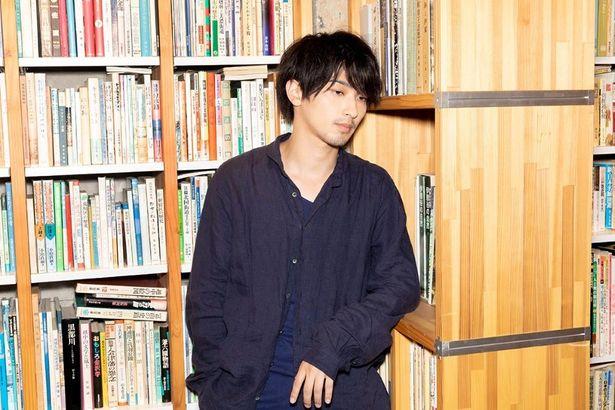 【写真を見る】役衣装で取材に応じた横浜流星。藤井監督との出会いからチャレンジングな撮影エピソードまで語る