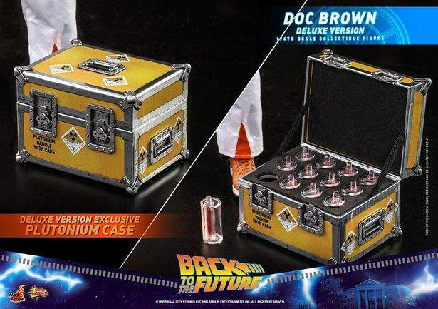 ボーナス版には、劇中でプルトニウムを収容したケースが付属する(「【ムービ・マスターピース】『バック・トゥ・ザ・フューチャー』1/6スケールフィギュア エメット・ブラウン博士」[ボーナスアクセサリー付き])