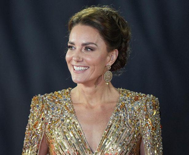 【写真を見る】煌びやかな全身ゴールドコーデに「主演女優のよう」!「007」プレミアに登場したキャサリン妃の気品あふれる美しさ