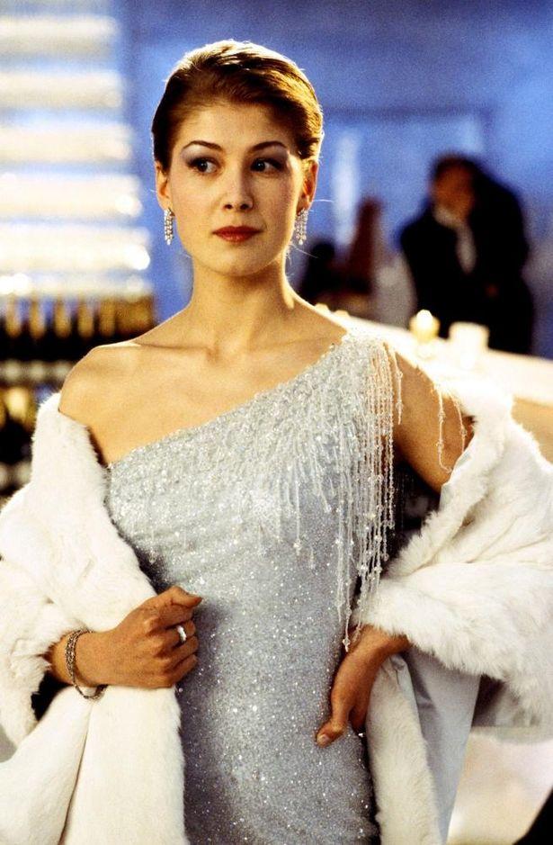 『007 ダイ・アナザー・デイ』(02)ではロザムンド・パイクがワンショルダーのシルバードレスを身にまとっている