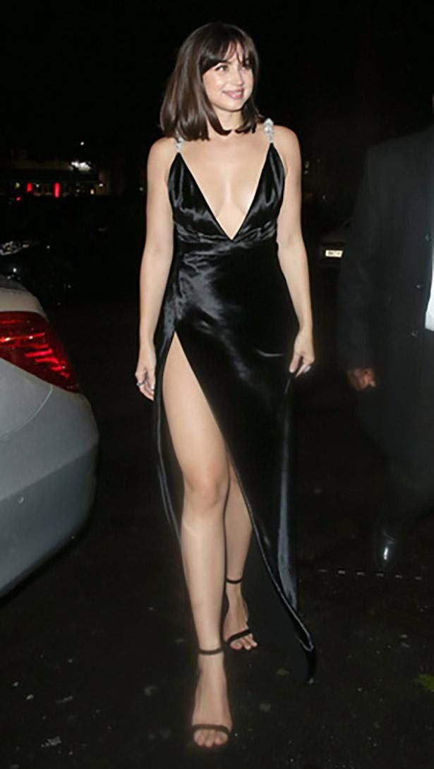 【写真を見る】胸元&脚見せが際どいドレスで「007」アフターパーティをあとにするアルマス!ハプニングも…?