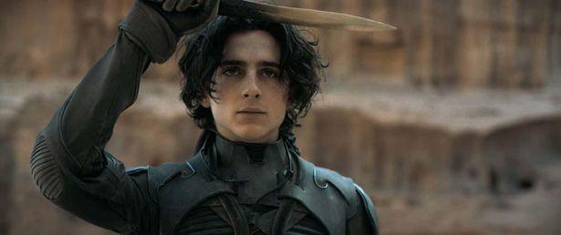 シャラメ演じる若き戦士ポールは、砂の惑星「デューン」に降り立ち、宇宙をかけた闘いに挑む