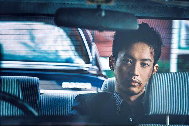 松坂桃李演じる日岡は、大上に代わって広島の治安を守っているが…。