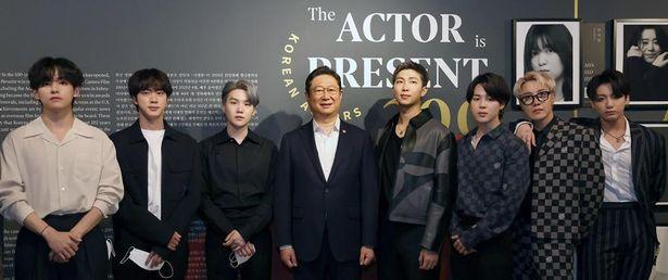 【写真を見る】9月に米国のニューヨーク韓国文化院で開催された写真展を訪問した、男性アイドルグループBTS(防弾少年団)