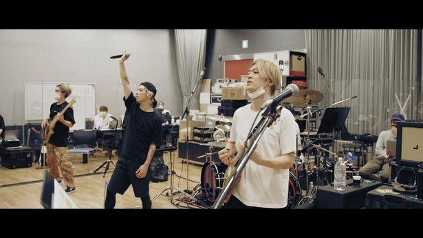 人気ロックバンドの配信ライブの舞台裏に迫る「Flip a Coin -ONE OK ROCK Documentary-」