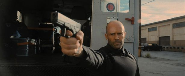 現金輸送専門の警備会社で働く謎の男と、強盗団との攻防を描く本作