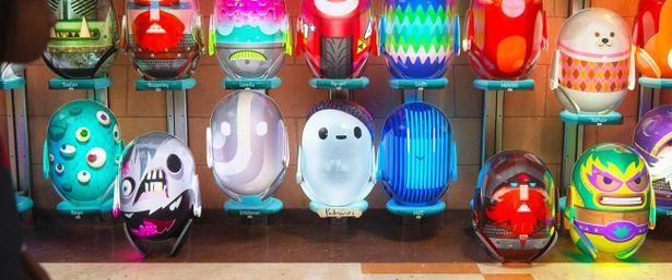 【写真を見る】個性あふれる色とりどりのBボットたちのなかでひとりだけ地味な装いのままのロン