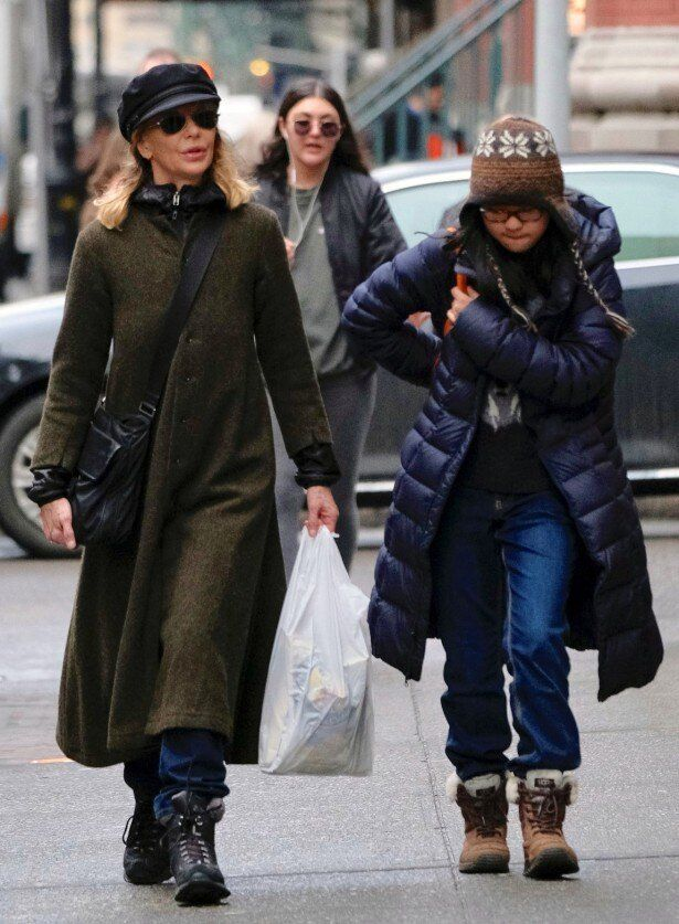 【写真を見る】娘デイジーと歩くメグ・ライアン