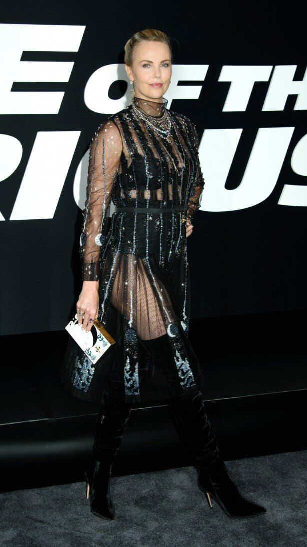 【写真を見る】美しい!シースルーのスパークリングドレスを着たシャーリーズ・セロン