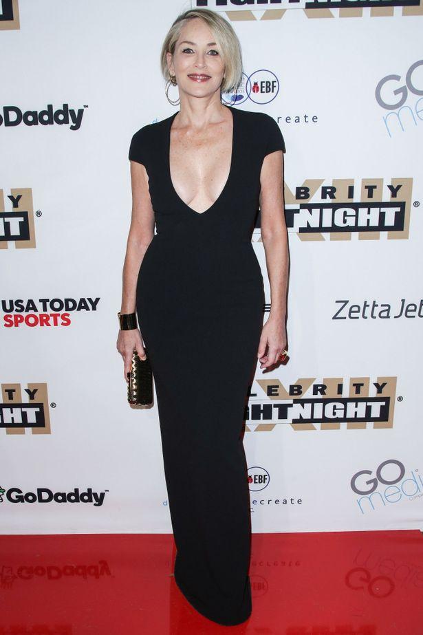 【写真を見る】胸元が大きく開いた黒いドレスで抜群のスタイルをアピールしたシャロン・ストーン