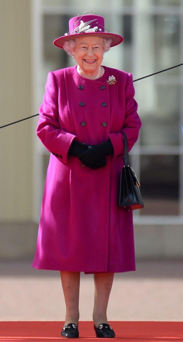 いつもカラフルなコーディネートが目を引くエリザベス女王