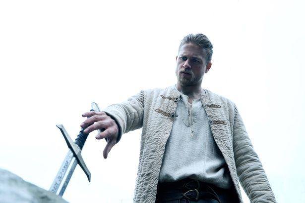 聖剣エクスカリバーを手に戦いに挑むアーサーの活躍を描く『キング・アーサー』