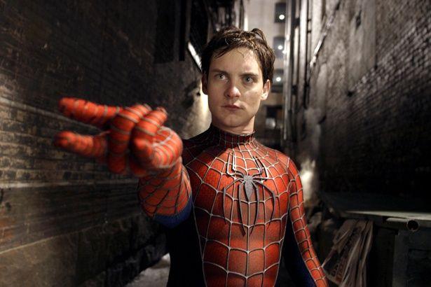 手首からクモの糸を放出!(『スパイダーマン2』)