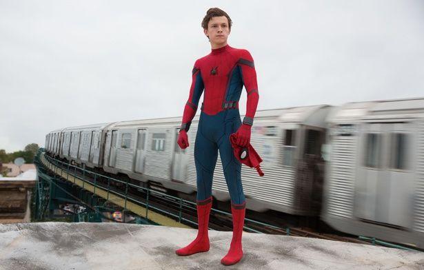 【写真を見る】『スパイダーマン:ホームカミング』ではスタークインダストリーズ特製のハイテクスーツが登場