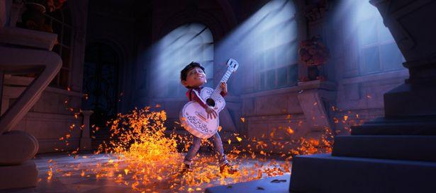 ミゲルは伝説のミュージシャンの霊廟に飾られたギターを手に音楽コンテスト出場を目指す(『リメンバー・ミー』)